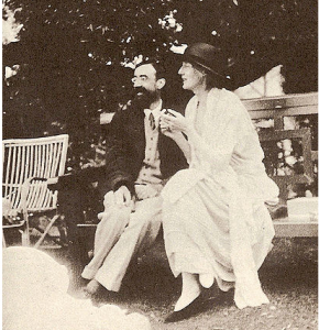 Virginia Woolf with Lytton Strachey, 1923.