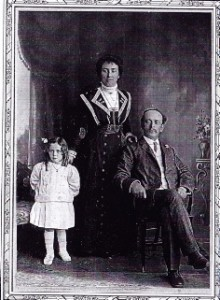 Alice with her parents, 1909